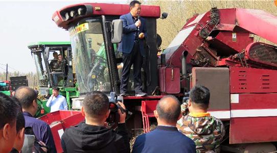 东北倒伏玉米机械化抢收培训指导工作如火如荼开展